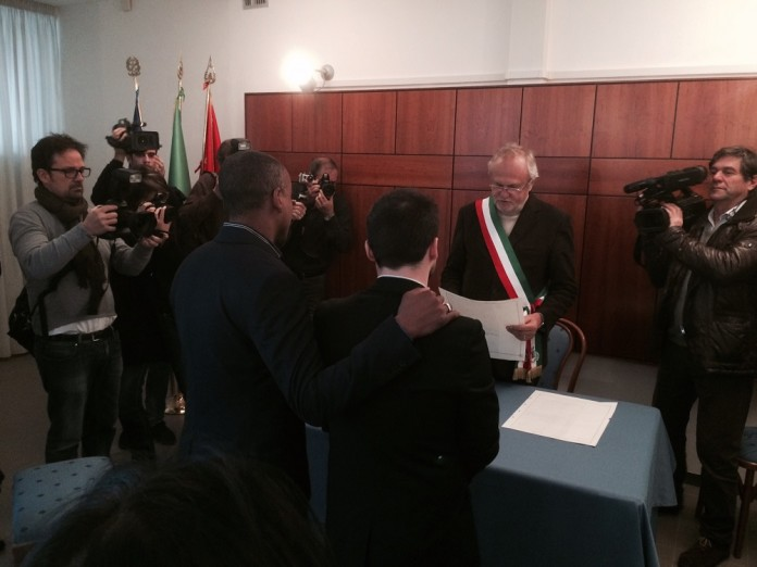 Primo Matrimonio Gay Toscana : Fiumicino trascrive il primo matrimonio gay celebrato all