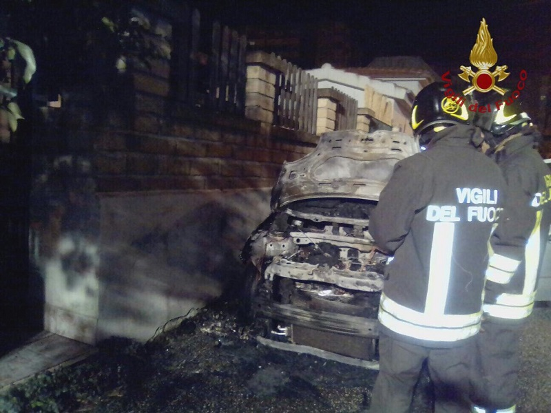 Brucia un negozio a Firenze: salvati due gatti ed evacuati tre appartamenti